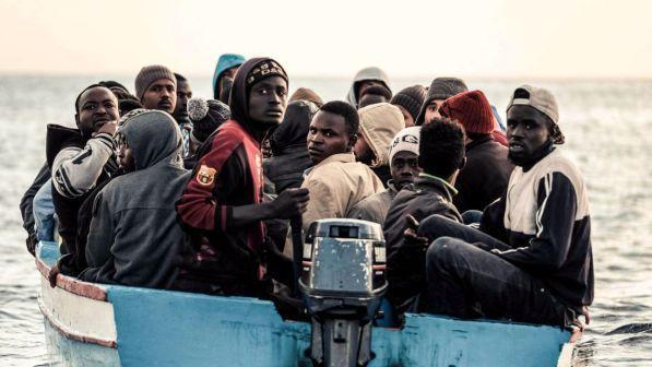 Giovani africani cercano di raggiungere le nostre coste