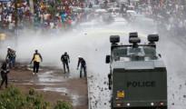 Idranti e dimostranti2
