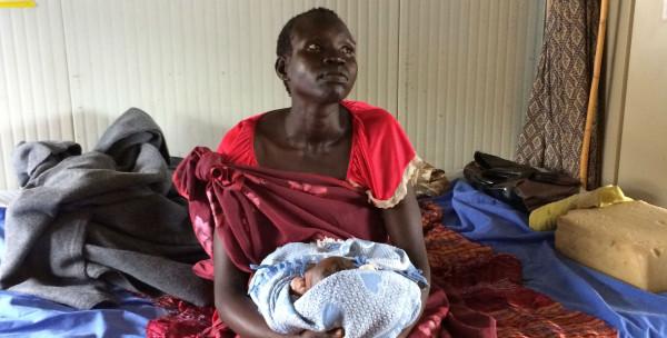 Giovane madre sud sudanese con il suo neonato