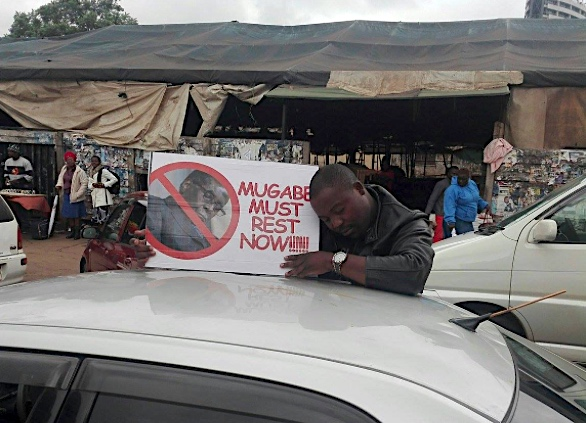 """""""Mugabe deve riposare ora!"""", si legge nel cartello"""