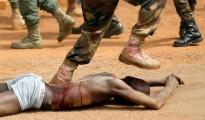 Violenze inaudite. Un militare governativo calpesta un presunto ribelle