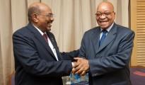 a sinistra Omar al-Bashir,presidente del Sudan, a destra Jacob Zuma, presidente del Sudafrica