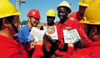 Operai africani e tecnici cinesi impegnati in un'opera pubblica in Africa