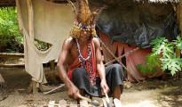 Uno stregone africano mentre esegue un rito propiziatorio