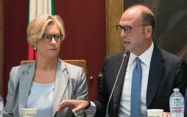 Il ministro della Difesa Roberta Pinotti e il ministro degli Affari Esteri Angelino Alfano