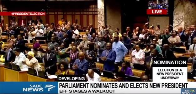 Applausi dei deputati del Parlamento sudafricano dopo l'annuncio che Cyril Ramaphosa è nuovo presidente del Sudafrica (foto: coutesy SABC)