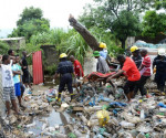 Soccorritori recuperano un ferito travolto dalle immondizie nella discarica crollata in Mozambico