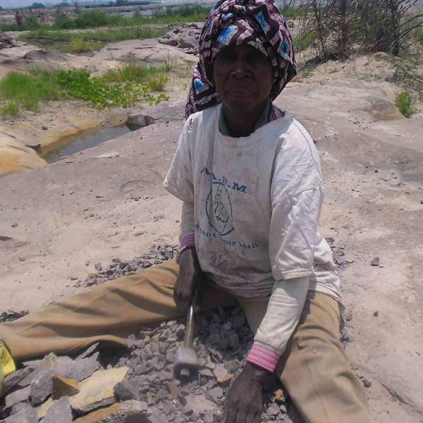 Donna spaccapietra in Camerun