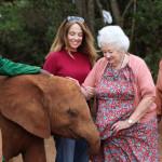 Daphne con le figlie Angela e Gill. ©The David Sheldrick Wildlife Trust