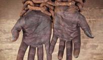 Mani in catene