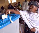 Donna maliana durante l'operazione di voto del 2013