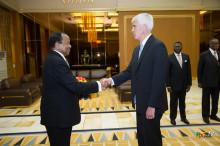 Paul Biya, presidente del Camerun e Peter Henry Barlerin, ambasciatore USA a Yaoundé