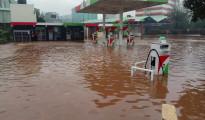 Una stazione di rifornimento a Garissa invasa dall'acqua