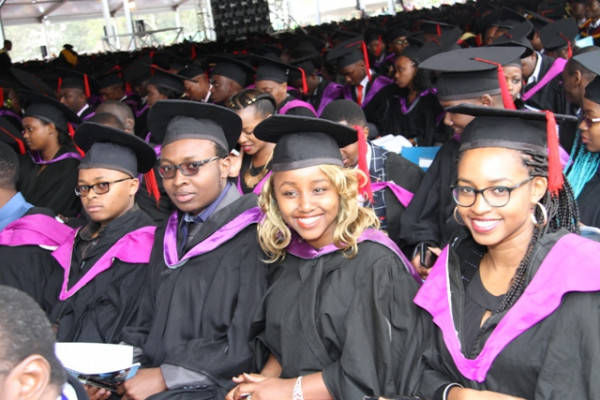 Giovani studentesse universitarie appena laureate
