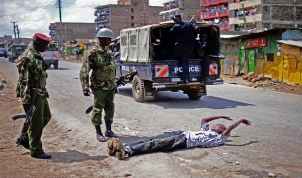 Un rapinatore arrestato dalla polizia mentre stava per essere linciato dalla folla