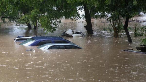 Tanzania: auto in un parcheggio in Dar es Salaam completamente sommerse