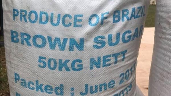 Uno dei sacchi di zucchero sequestrati