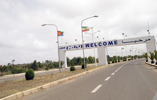 Ripresa da un sito ufficiale eritreo (dove non esiste libertà di stampa) questa foto dove si vedono assieme le bandiere eritrea (a sinistra) ed eritrea, è stata pubblicata dal quotidiano Addis Standard.