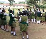Giovani allieve a una lezione di danza in una scuola primaria di Nakuru