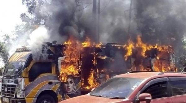 Un matatu dato alle fiamme durante gli scontri di kisumu