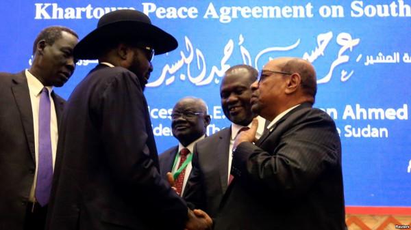 Salva Kiir, presidente del Sud Sudan a sinistra e Riek Machar, ex vice presidente del Sud Sudan di fronte a Kiir