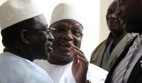 Il presidente uscente maliano Ibrahim Boubacar Keita (al centro) e il leader dell'opposizione Soumaila Cissé, a sinistra