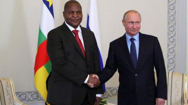 Faustin Archange Touadera, presidente del Centrafrica, a sinistra e Vladimir Putin, presidente della Russia, a destra
