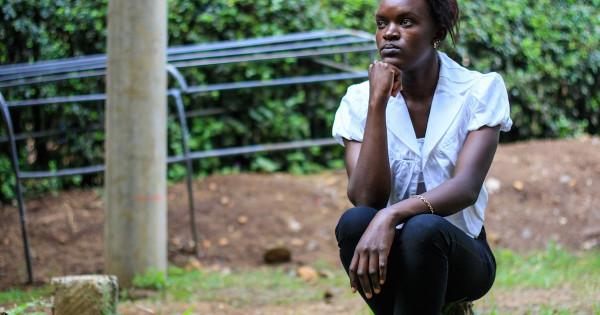 Giovane donna keniana che denuncia di aver subito abusi sessuali durante i lavori domestici presso una famiglia saudita