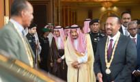 Il presidente eritreo, Isaias Aferwerki, a sinistra, con il primo ministro etiopico, Abiy Ahmed, a destra e il re saudita  Salman al centro