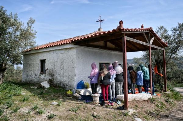 Una baracca fatiscente, una croce e un po' di adepti creduloni. Così nasce una chiesa evangelica in Africa