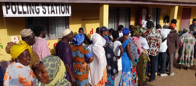 Africani in coda davanti a un seggio elettorale